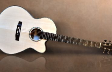 Peggy White luthier guitar